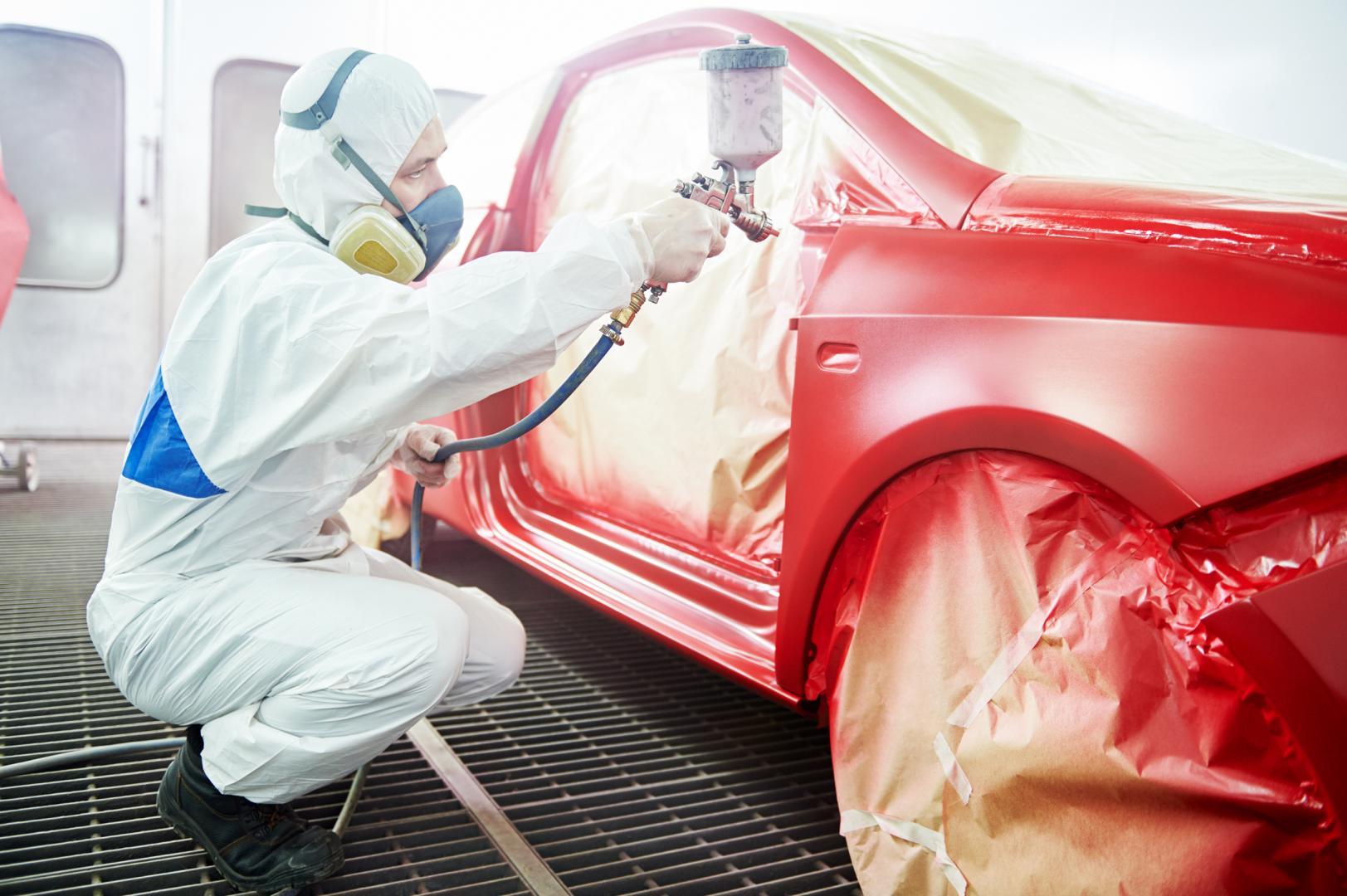 lakiernik podczas malowania